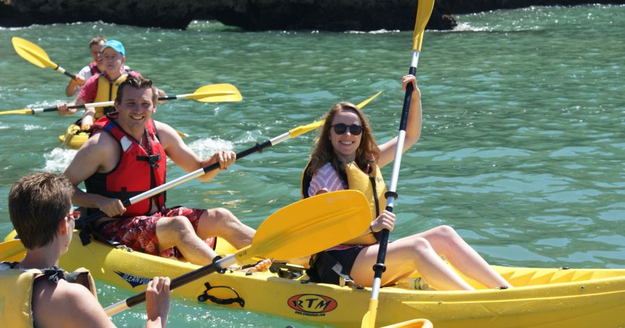 man en vrouw in kayak in lagos portugal