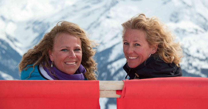 dames in hangstoel in de sneeuw